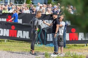 tbd Ironman Triathlet gibt kurz vor dem Start des Sportwettkampfs Ironman 70.3 in Lahti, Finnland, ein Interview vor Zuschauern