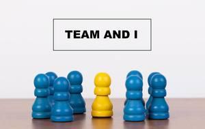 Team / Mannschaft und ich - Konzept:  Einzelne gelbe Spielfigur, umgeben von einer Gruppe blauer Bauern