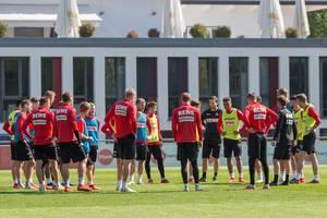 Teambesprechung mit der ganzen Fußballmannschaft des 1. FC Kölns und dem neuem Trainer André Pawlak