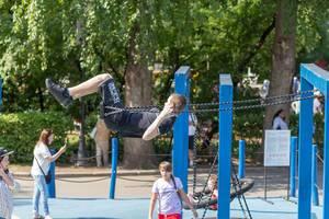 Teenager-Junge auf einer Schaukel im Gorki-Park