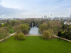 Teich im Park Volksgarten in Köln. Luftbildaufnahme