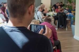 Teilnehmer filmt das Geschehen beim Barcamp mit seinem Handy