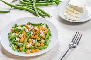 Teller mit Diät Salat mit Kichererbsen, Spargel und Feta Käse - Gesundes Essen Konzept