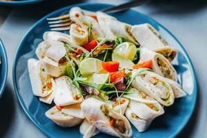 Teller mit frisch gemachten Crab Lavash Sandwiches