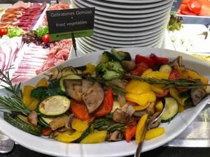Teller mit gebratenem Gemüse am Frühstücksbüfett