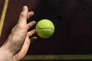 Tennisball fallen lassen