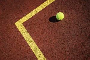 Tennisplatz mit Unterlage aus Gummigranulat