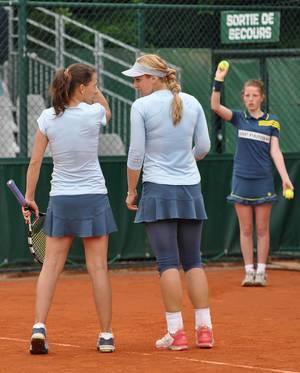 Tennisspielerinnen spielen auf dem Sandplatz