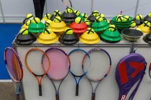Tennistrainer Schläger und Bälle auf der Spielmesse In Essen