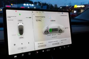 Tesla Board Computer während des Supercharging Vorgangs