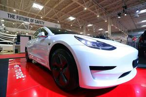 Tesla Elektroauto Model 3 beim Bukarest Auto Show