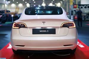 Tesla Model 3 Elektroauto im Weiß, Aufnahme von hinten