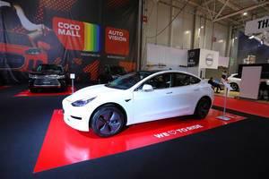 Tesla Model 3 Elektroauto im Weiß