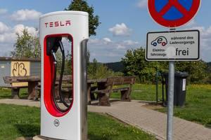 Tesla Supercharger E-Ladestation an einem Autohof in Wilnsdorf