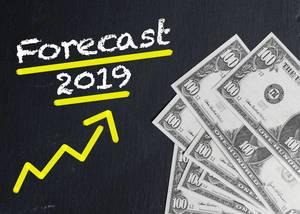 Text FORECAST 2019 gelb unterstrichen mit gelben Trendpfeil nach oben neben Dollarnoten