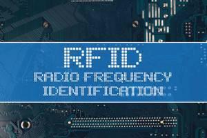Text RFID Radio Frequency Identification vor einer elektronischen Leiterplatte als Hintergrund