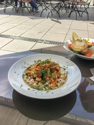 """Thai Curry mit geräuchertem Tofu & eine große bunte Salatschüssel mit gratiniertem Ziegenkäse, Honig auf Pane Siciliano, im """"Geißbockheim"""" in Köln"""