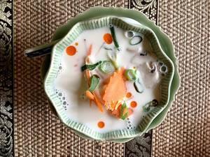 Thailändische Kokosmilchsuppe mit Gemüse