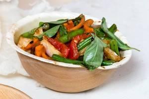 Thailändische Wokhühnchen Gai Pad Krapao: Grüne Bohnen, Chili, Karotten, Basilikum