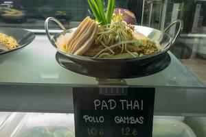 Thailändisches Nudelgericht Pad Thai in einem Restaurant auf Mallorca