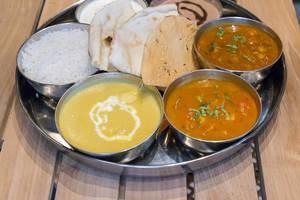Thali Lunch - Chicken Korma - Hünchenbrust in cremigem Kokosnuss-Cashew-Curry, mit Basmati Reis, Fladenbrot, Aloo Tamatar, Chole Masala, Raita und Schokoladencreme als desert