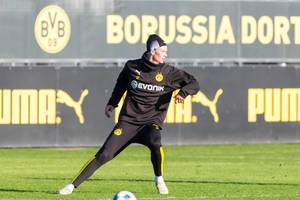 The eyes of the fans were on the young Norwegian Erling Haaland on his first public training with BVB
