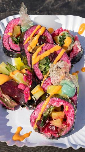 The Pink Roll: Avocado, Gurke, gelber Rettich, Rote Beete, Spinat, Spirulina-Mayo