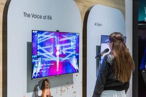 The Voice of IFA: Frau singt Karaoke