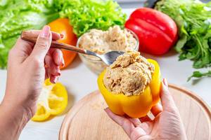 The woman stuffed bell pepper with minced meat (Flip 2019)