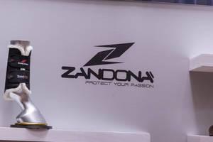 Therapeutischer Stiefel für Pferde am Messestand von Zandona