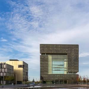 Thyssen Krupp Hauptgebäude vor blauem Himmel in Essen