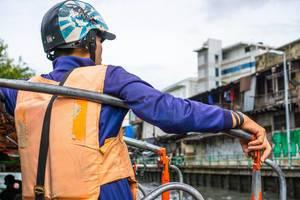 Ticketverkäufer am Khlong Saen Saep Kanal in Thailand