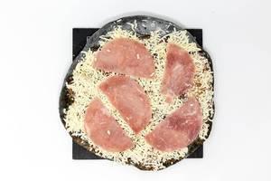 Tiefkühl-Pizza mit Aktivkohle im Teig in der Variante Prosciutto - Aufsicht