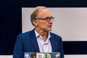 Tim Berners-Lee im moderierten Gespräch von Nazan Eckes auf der Bühne