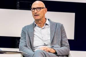 Tim Höttges diskutiert auf der Bühne der Digital X