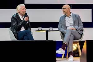 Tim Höttges, Vorstandsvorsitzender der deutschen Telekom im Gespräch mit Millardär Richard Branson