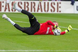 Timo Horn holding the ball against the ground