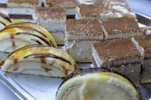 Tiramisu und Kuchen Roulade in Häppchengröße