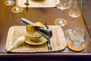 Tischgedeckt im Set Home Hoi An Restaurant