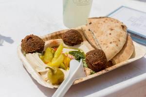 TLV Beach Teller: Humus mit Tahina, eingelegtes Gemüse, Falafel & Pita-Brot