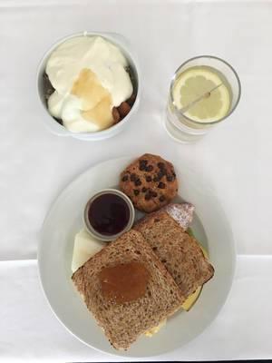 Toast, Kekse, Obst und Müsli