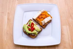 Toast mit Avocado, Chili und Kürbis