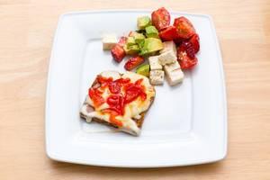 Toast mit Käse, Paprikamarmelade und Salat