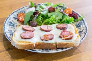 Toast mit Salsiccia Wurst