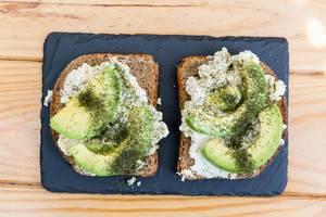 Toastbrot mit Ricotta und Avocado auf Steinservierplatte