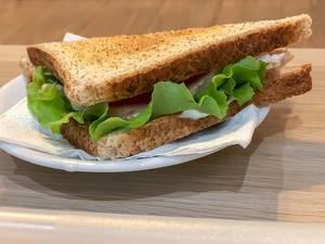 Toastbrot-Sandwich mit Blattsalat