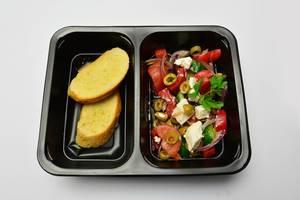 Toastbrot und Salat mit Fetakäse und Tomaten