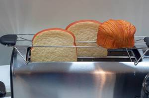 Toastbrotscheiben in einem Toaster aus rostfreiem Stahl