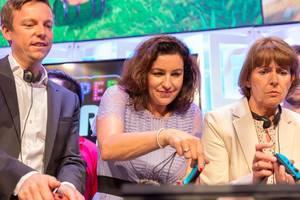 Tobias Hans, Dorothee Bär und Henriette Reker spielen auf der Nintendo Switch
