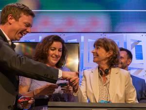 Tobias Hans und Henriette Reker schütteln Hände nach einer Partie Super Mario Party